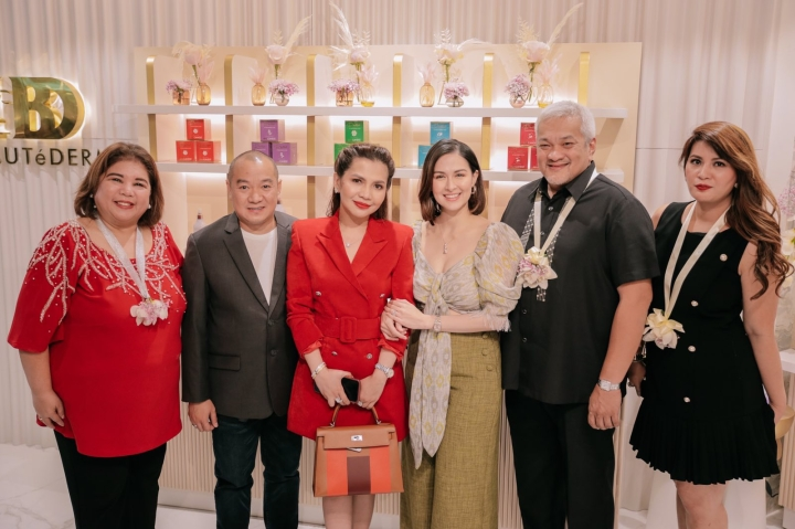 Angeles City Vice Mayor Vicky Vega, Beautéderm COO Sam Tan, Rei Tan, Marian Rivera-Dantes, Angeles City Mayor Carmelo 'Pogi' Lazatin Jr., and Beauteederm Ambassador Reina Manuel